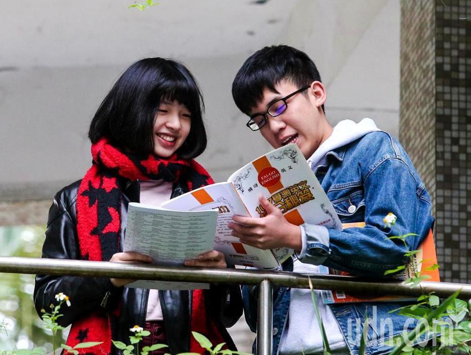 考生跟親朋好友把握最後時間一起複習準備考試。