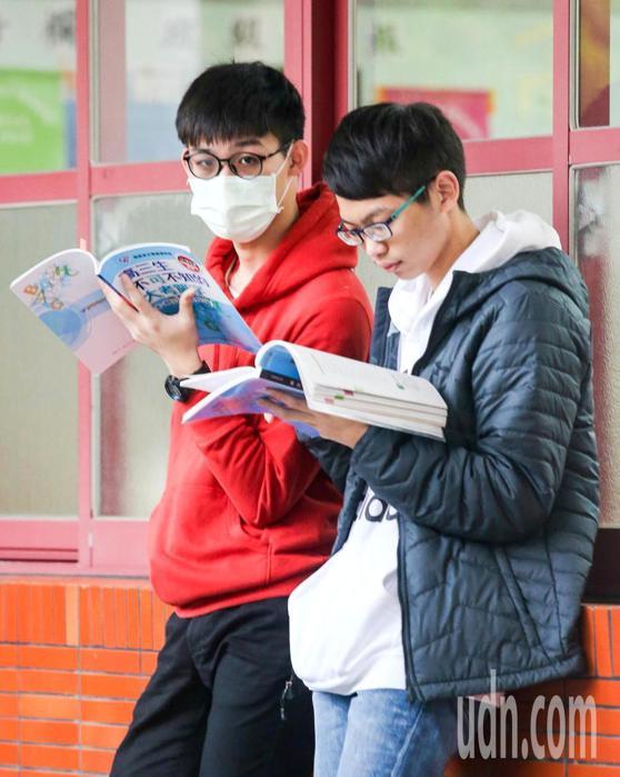 考生戴著口罩跟朋友一起複習。