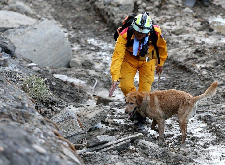 高雄氣爆案失蹤的2名消防人員尚未尋獲,搜救人員持續在凱旋路上搜尋並挖掘,可惜無功而返。記者林澔一/攝影