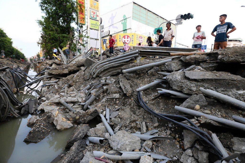 高雄氣爆災區多條道路毀損嚴重,原先埋在地下的管線外露,爆炸發生原因有待專家調查釐清。記者王騰毅/攝影