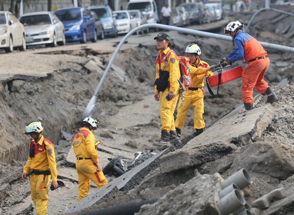 高雄氣爆,搜救隊帶著儀器,進入坍塌處尋找生命跡象。記者陳正興/攝影