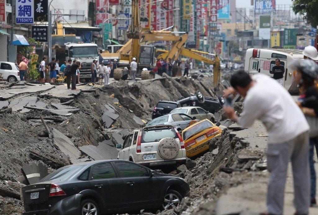 高雄氣爆,爆炸過的一心二路如同廢棄停車場,處處可見遭氣爆損毀的車輛。記者陳正興/攝影
