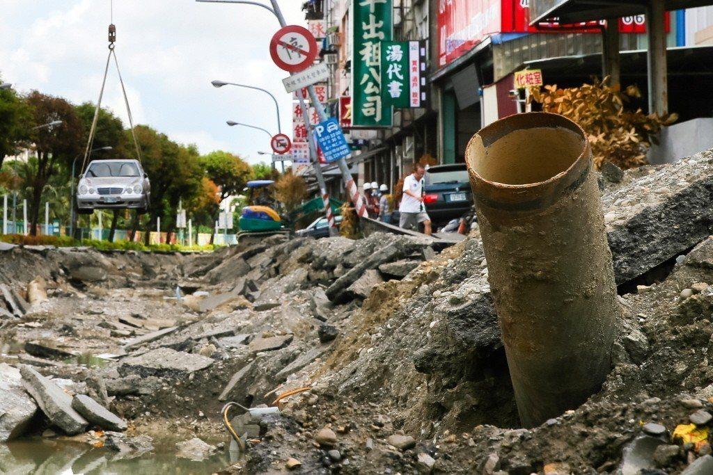 高雄氣爆災後第四天,肇事的責任歸屬仍無法釐清,氣爆現場遺留鏽蝕的管線,讓人看的怵目驚心。記者王騰毅/攝影