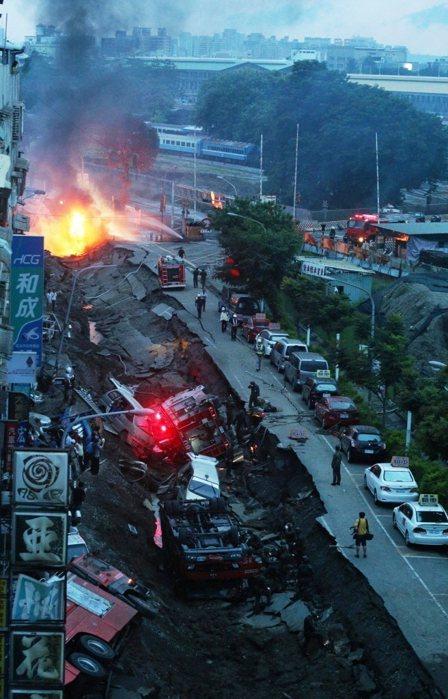高雄氣爆現場,凱旋二聖路口。記者劉學聖/攝影