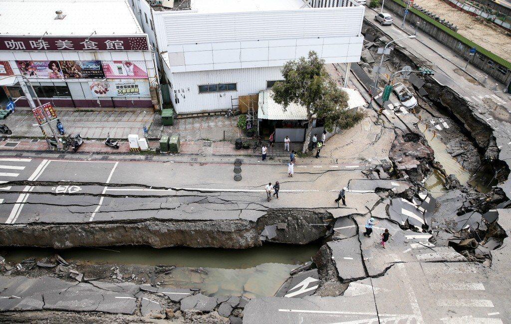 高雄氣爆區一心ㄧ路與凱旋三路路口氣爆隔天的情景。記者程宜華/攝影