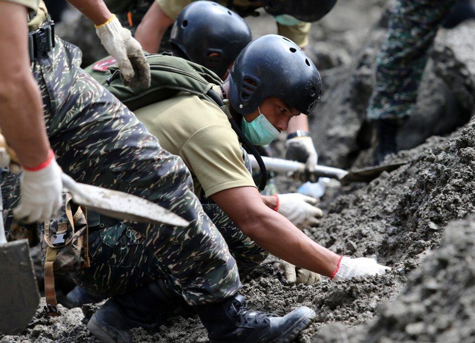 高雄氣爆案失蹤的2名消防人員尚未尋獲,搜救人員持續搜尋,仔細地尋找土堆中可能的蛛絲馬跡。記者林澔一/攝影