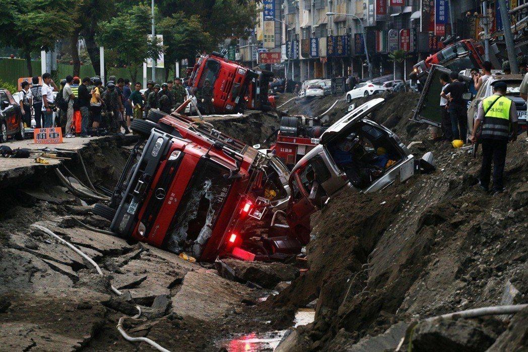 消防車掉入塌陷的道路。圖/報系資料照