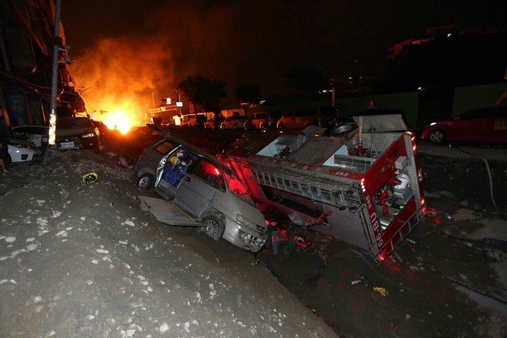 高雄氣爆現場,消防車被炸翻。記者劉學聖/攝影
