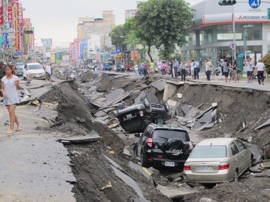 高雄氣爆,前鎮區一心路路面慘不忍睹。記者林保光/攝影
