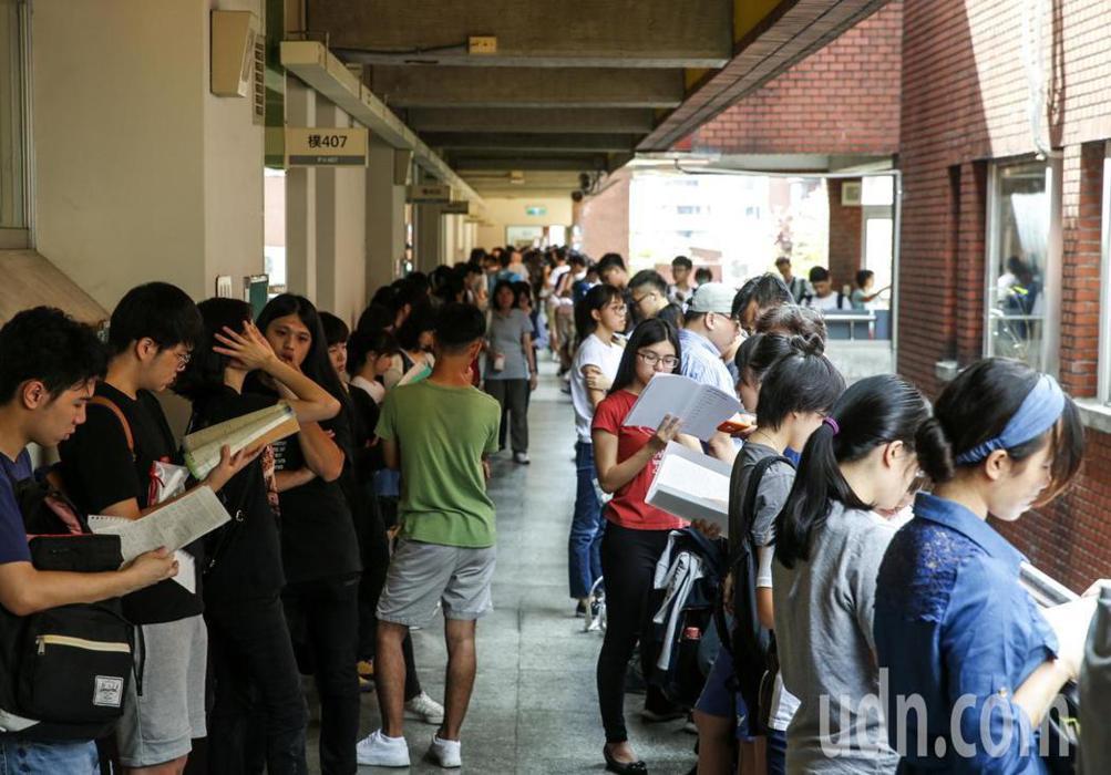 大學指考進行第2天的考試,共同科目、數乙及數甲考試登場,全部約5萬多名考生上午一起應考,考生在考場外把握時間溫書。