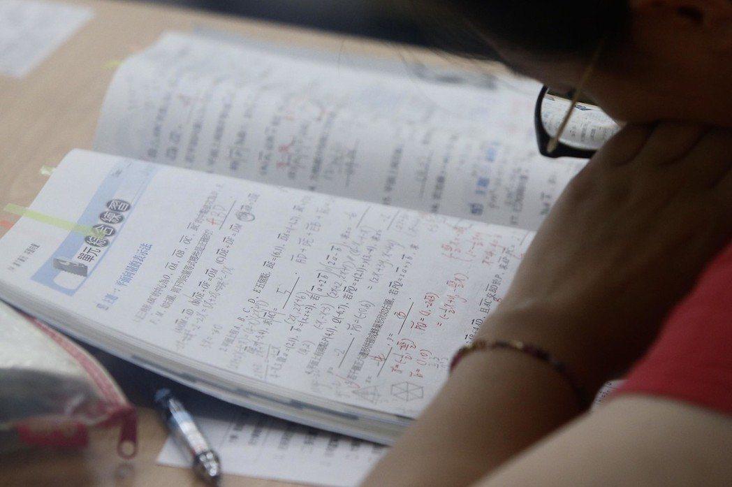107學年度指定科目考試2日進入第2天,考生一早就到考場內溫書,在第一堂數學乙登場前,仔細複習。