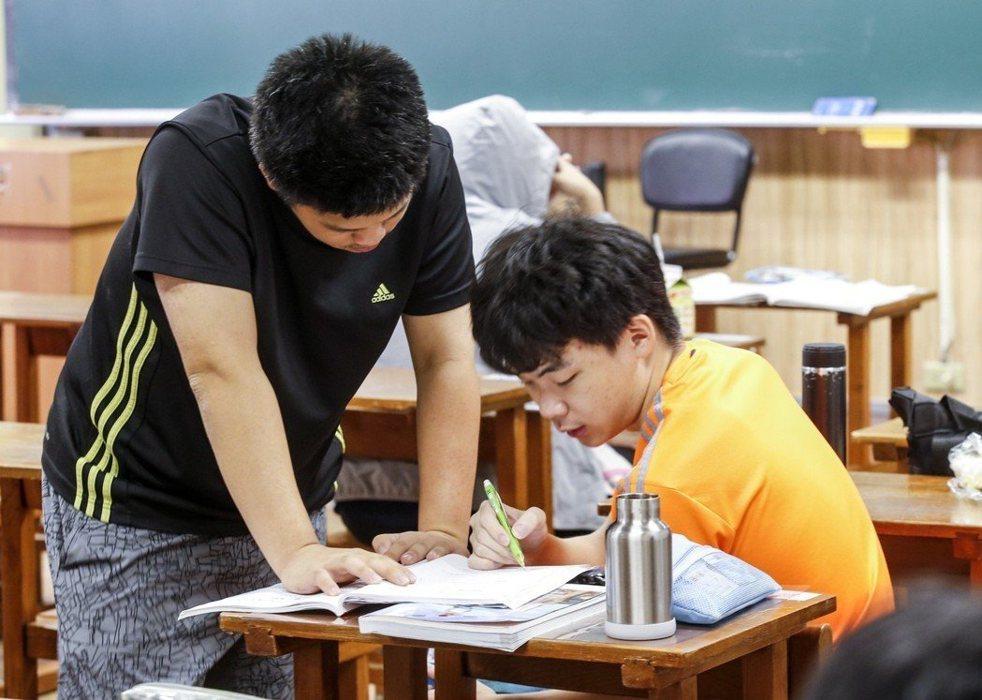 大學指考進行第2天的共同科目、數乙及數甲考試,全部約5萬多名考生上午一起應考,考生在考場外把握時間溫書。