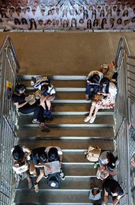 大學指考共同科目、數乙及數甲考試,全部約5萬多名考生上午一起應考,考生與家長在休息室內溫書,希望能像合照中的大學生,開心地考上心目中的大學。