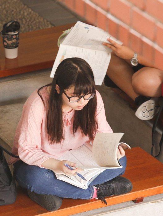 約5萬多名考生上午一起應考,考生在考場外把握時間溫書。