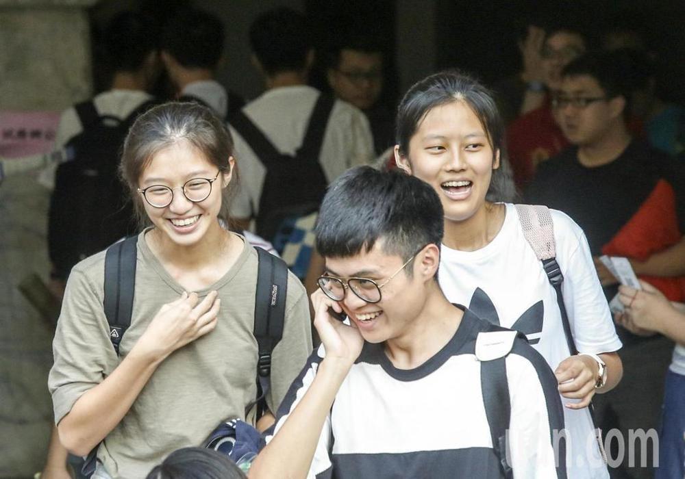 大學指考第2天,自然組考生傍晚考完數甲後,考試正式結束,接下來就等成績公佈,考生走出教室後,露出放鬆後的開懷大笑。