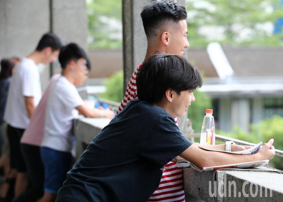 大學指考最後一天考場氣氛輕鬆不少,許多人臉上掛著笑容。
