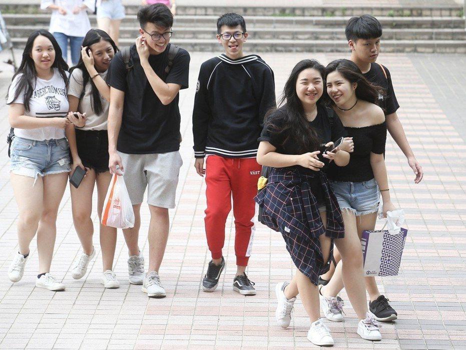 107年大學指考在考完最後一科「公民與社會」後落幕,考生們帶著笑容步出考場,準備迎接暑假到來。