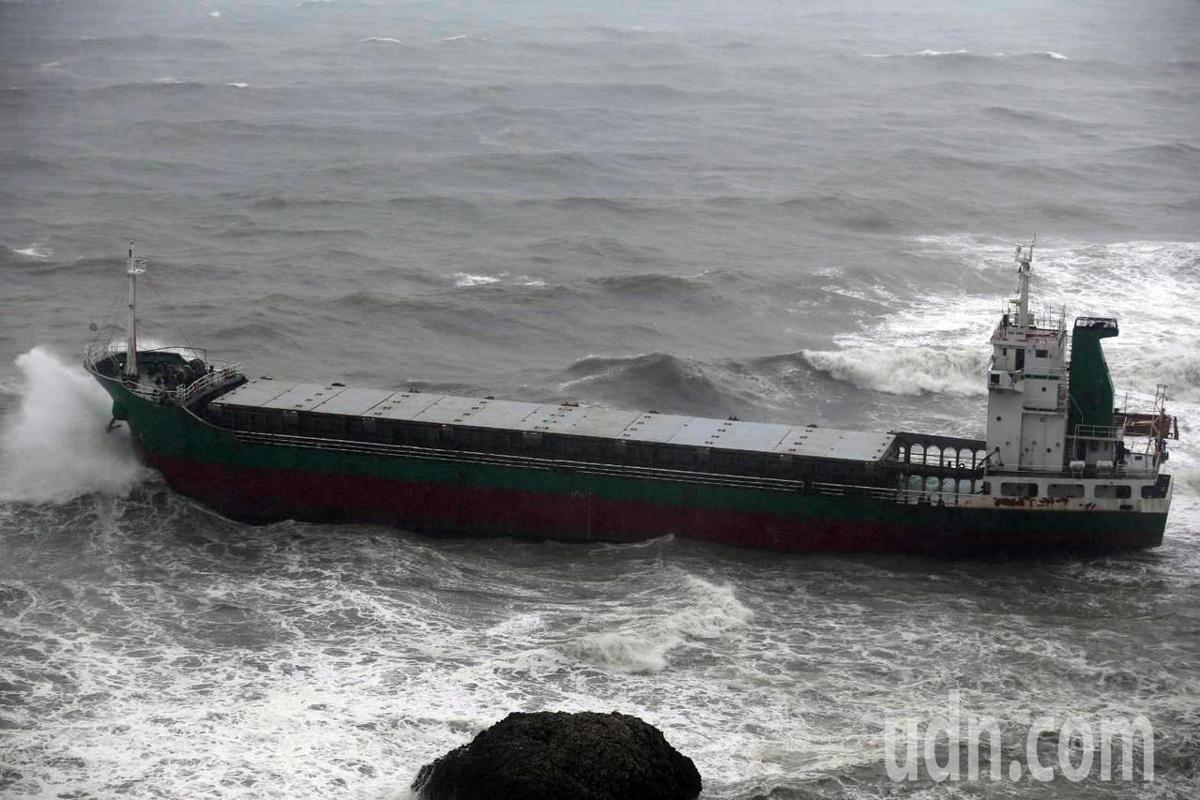 柴山陸戰隊營區下方的昌龍68號10名船員待救。