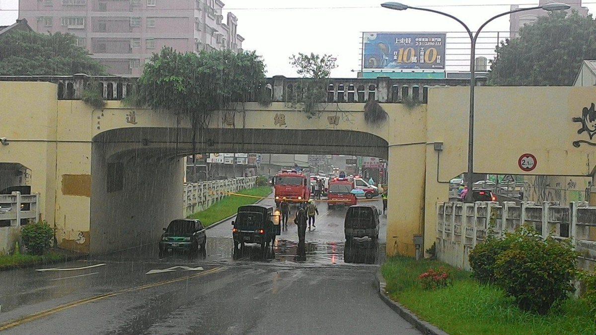 台南市東區四維路地下道淹水,3輛車受困。