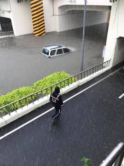 台南市區淹水快淹過車頂。