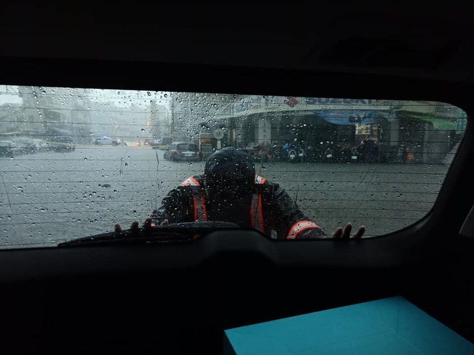 高雄今天雨勢猛烈,連高市議員李雨庭也因上午趕著去議會質詢,導致車輛在半路拋錨,所幸員警來幫忙脫困。