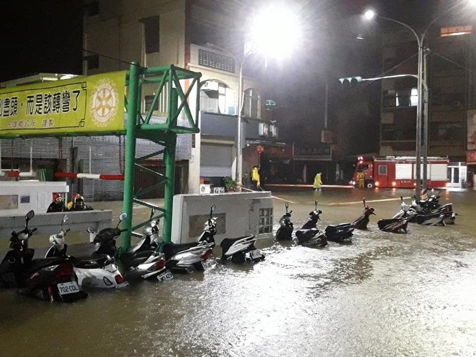 嘉義民雄地下道淹水傳出有人受困,消防人員一夜搜尋沒有找到,目前仍在驚戒。