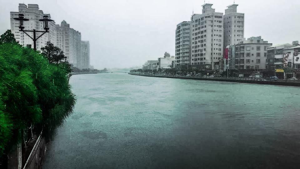 台南民眾今早拍到安平運河溢滿,水位已滿出來至人行步道。