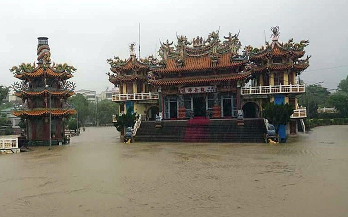 台三線旁的內門觀音紫竹寺,淹成「水中廟」。