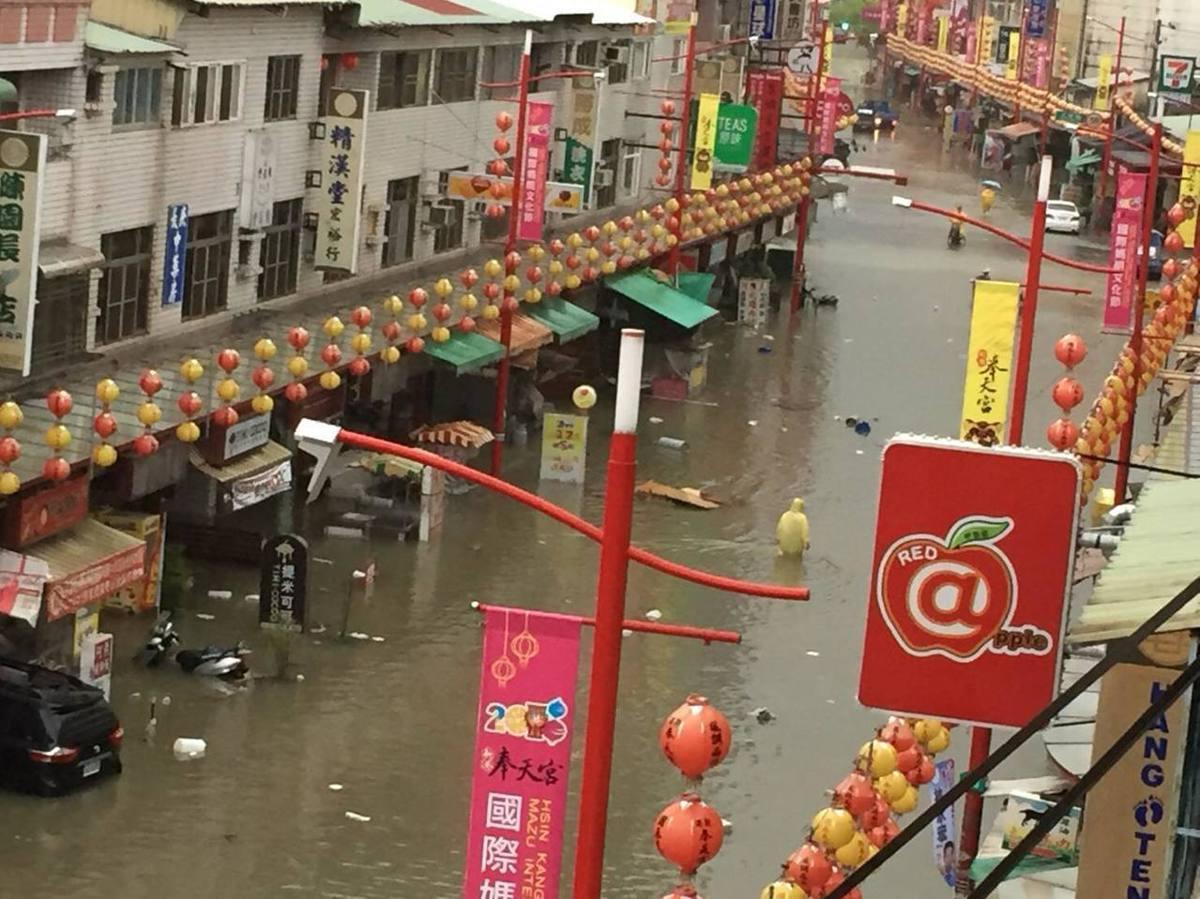 新港香客大樓一帶,一度淹到大腿處,居民、店家苦不堪言。