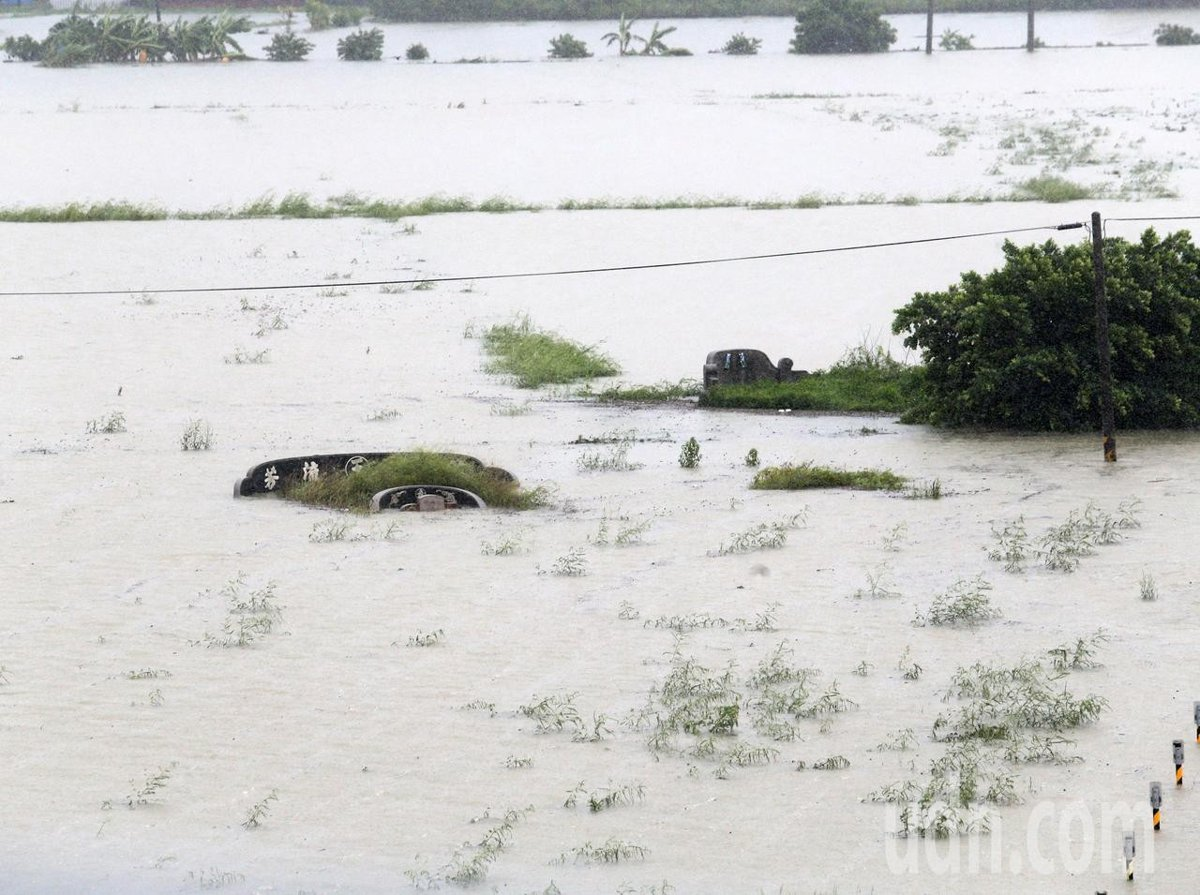 台南市麻豆區一處墓園也泡在水中。