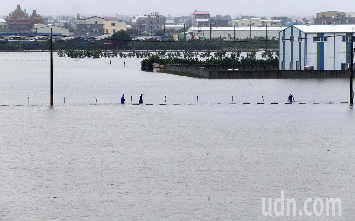 幾乎整個嘉南平原通通泡在水中,多個鄉鎮市處低窪地區都淹水。