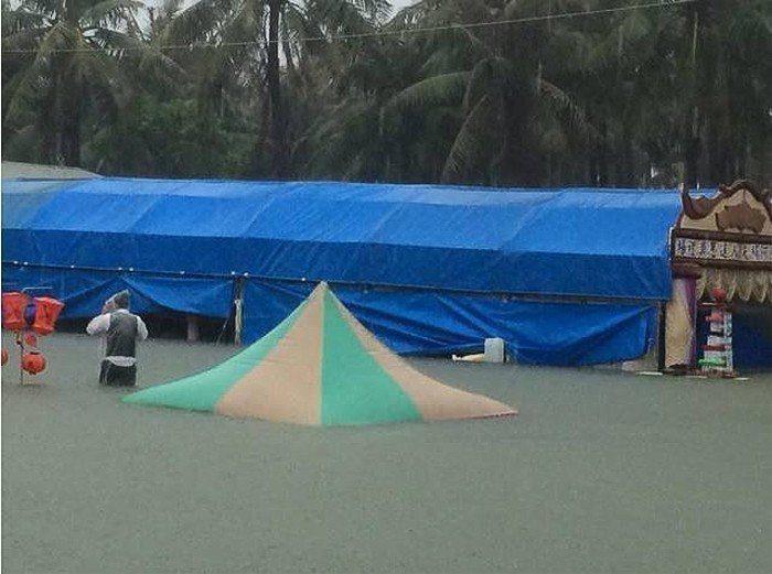 南部地區的馬路汪洋一片,連靈堂都淹到只剩屋頂。