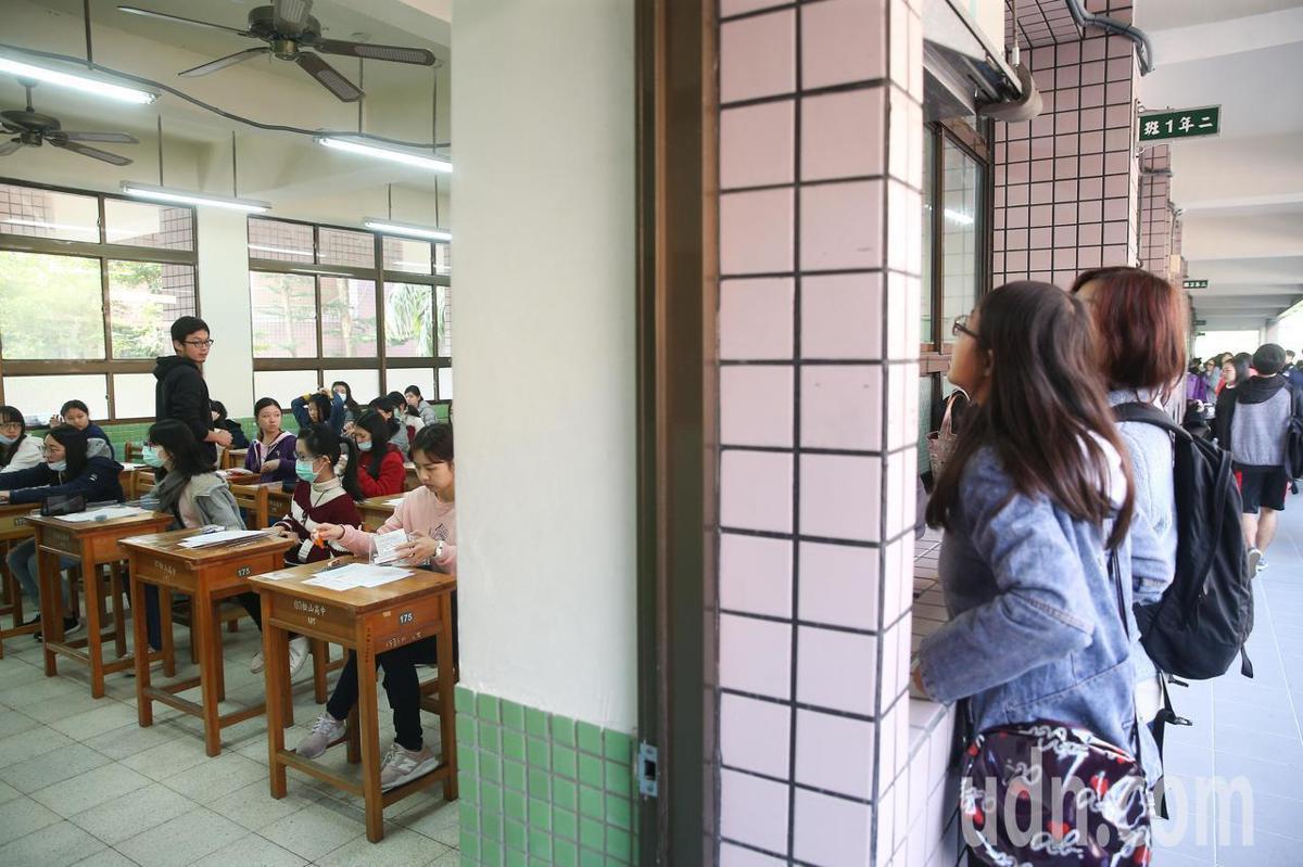 學測第一天考科為英文、國文與社會。