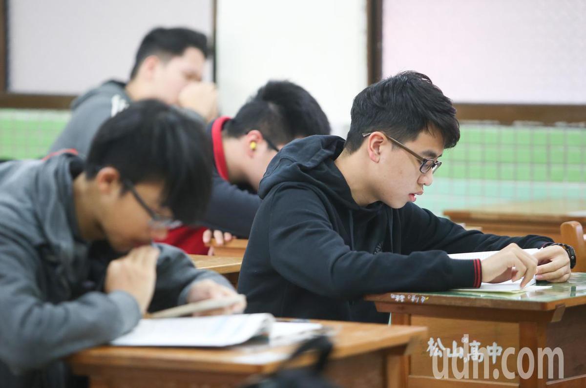 學生在考前複習。