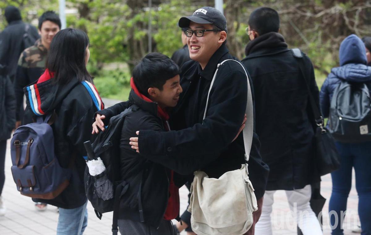 108學年度大學學測下午最後一節自然科考試結束後,考生暫時解脫露開懷。記者林俊良/攝影