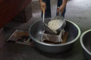 豆花進模準備成豆腐
