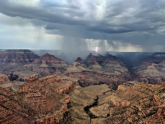 落雷直擊大峽谷國家公園,懾人心魄的罕見奇景。