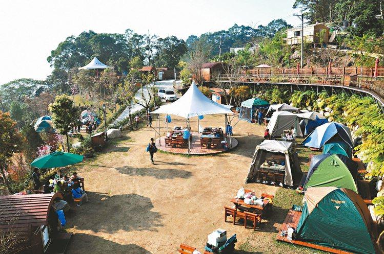 苗栗半月彎有哈比屋與露營區,是近來台灣最夯露營地之一。