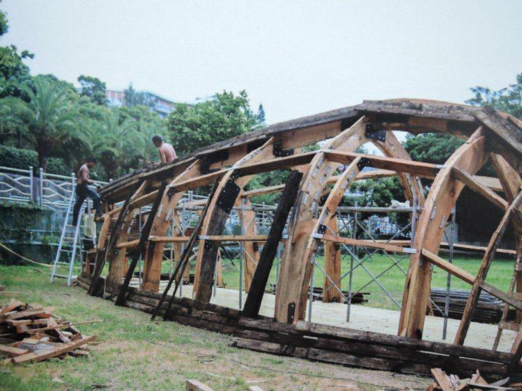 林舜龍在淡水海關碼頭花了三個禮拜創作「漂航紀事」,以漂流木為素材打造一艘翻覆的古...