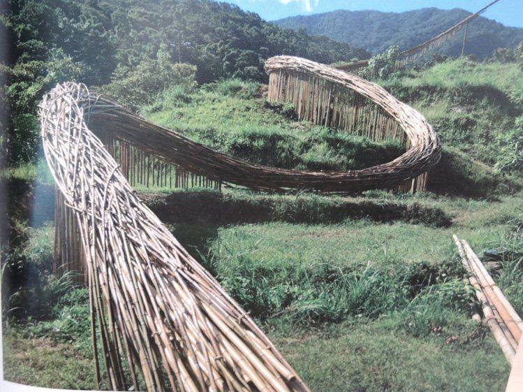 李蕢至在石門嵩山社區創作「嵩山竹曲」,依山勢地景起伏量身打造,全長近5米,運用竹...