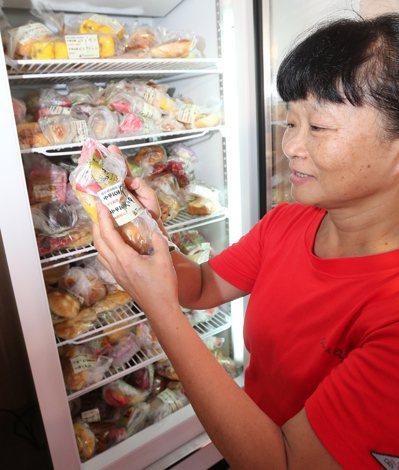 餐廳外有一個24小時開放社區民眾免費拿取食物的冰箱,由當地里長檢視食物品質後,貼...