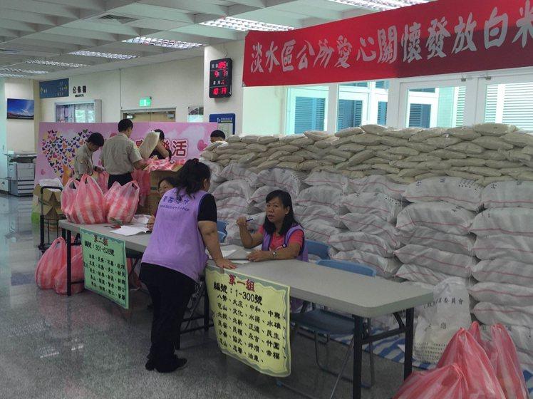 為幫助在地的弱勢居民過中秋節,淡水區公所準備了超過五千斤的白米,還有許多箱的米粉...