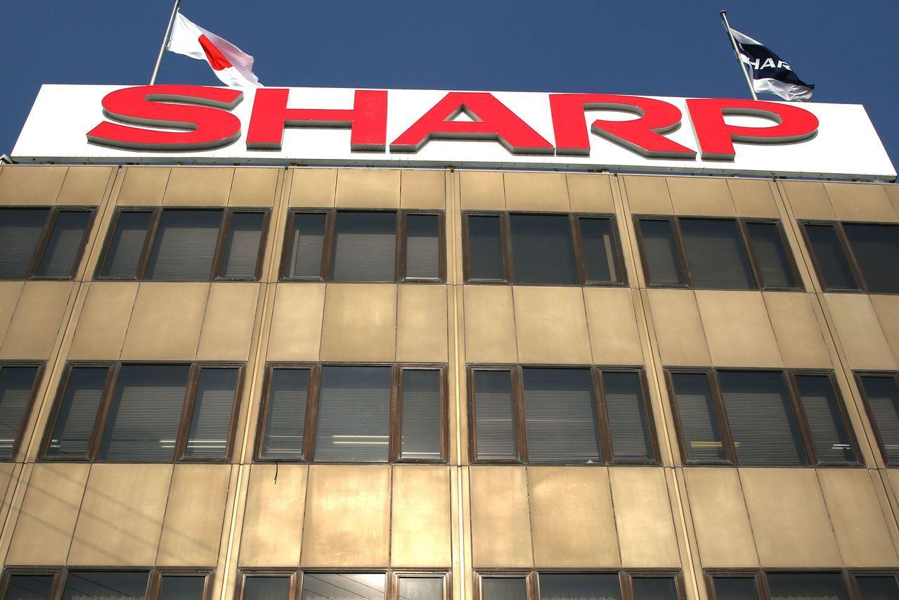 夏普、鴻海擬合資成立智慧財產管理公司 活化專利技術。(路透)