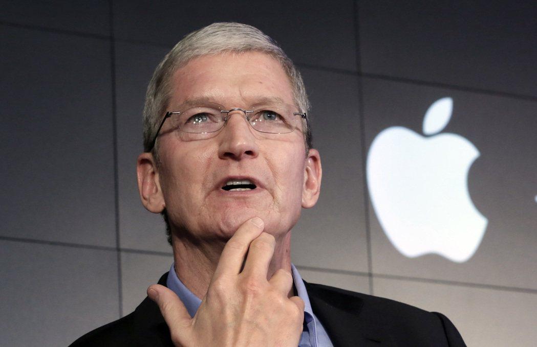 蘋果明年iPhone 8傳言持續延燒。圖為蘋果執行長庫克。 美聯社