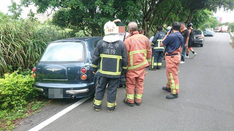5名老人家共乘1車,才開起步出發就撞上路樹。 記者林昭彰/翻攝