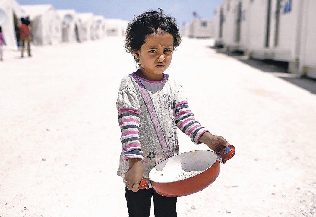 這是敘、土邊境一處難民營的敘國兒童。聯合國統計,因戰亂而在國內外流離失所的超過半...