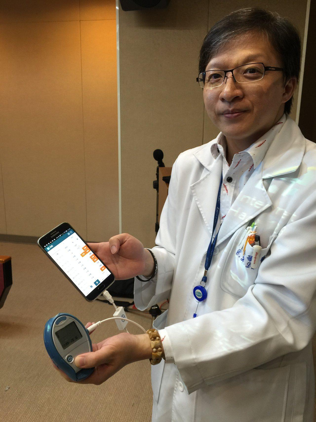 三軍總醫院新陳代謝科主治醫師呂介華,示範血糖機連結手機APP紀錄血糖值。記者黃安...