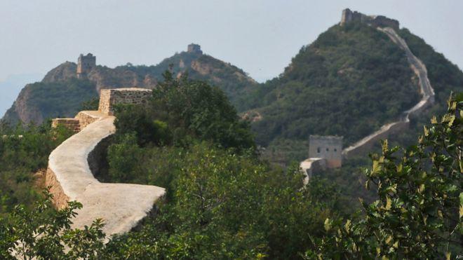 被譽為「最美野長城」的遼寧綏中小河口長城,起伏的牆垛與野性風貌用水泥砂漿抹平,大...