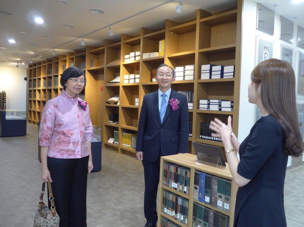 國家圖書館曾淑賢館長(左)韓國首爾大學圖書館館長Dr. Sung-gul Hon...