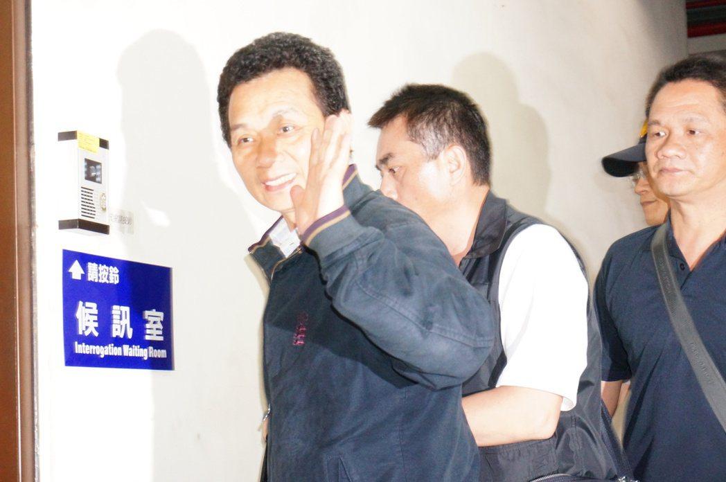 涉買兇殺警的竹崎鄉長王焜弘(左),今天一審最後一次開庭,仍喊冤,批評檢察官對全案...